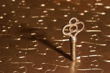 Een rustieke loper op de top van een gouden puzzel. Stockfoto - 10100804