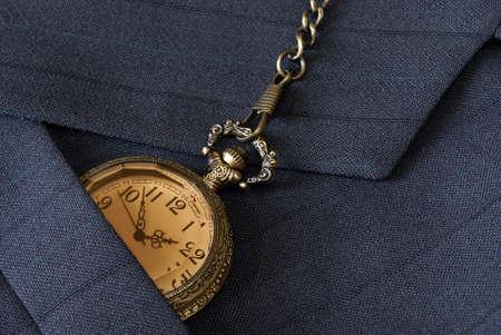 mans watch: Un tiro macro de un traje de negocios sirve al comprobar el tiempo en su reloj de bolsillo.