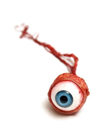 Un occhio realistico isolato su bianco.