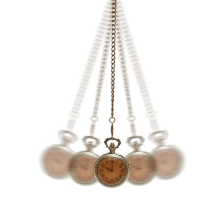 reloj de pendulo: Un reloj de bolsillo est� pasando por un movimiento hipnotizante.