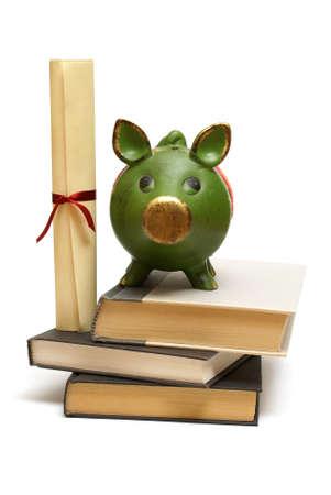 Eine isolierte Schweine-Bank-und Diplom-Scroll stellen Bildungs-Finanzen. Standard-Bild - 10959229