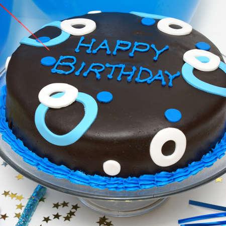 pastel aniversario: Un formato cuadrado de tiro de un pastel de cumpleaños para cualquier día especial de los hombres.