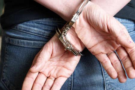 strafgefangene: Eine junge Frau wurde festgenommen und hinter ihrem R�cken mit Handschellen gefesselt.