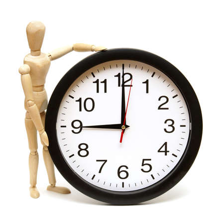 mannequin: Un manichino e l'orologio sono isolati su bianco per rappresentare la gestione del tempo. Archivio Fotografico