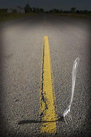 pensamiento estrategico: Un significado literal de la frase un tenedor en la carretera. Foto de archivo