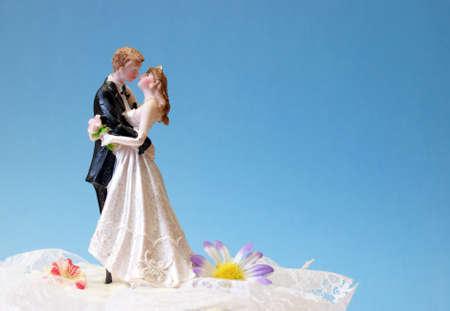 신혼 부부 디저트 위에 웨딩 케이크 토퍼.