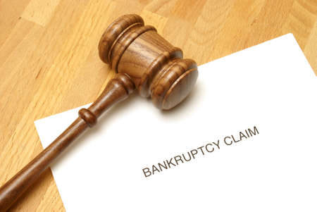 Bankruptcy forms and a gavel to represent this monetary concept. Archivio Fotografico