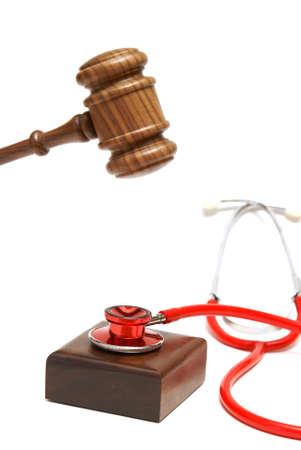orden judicial: Un martillo está a punto de martillo sobre un estetoscopio que está descansando en el bloque de resonancia.