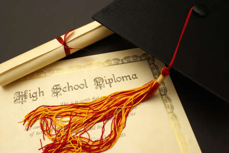 high schools: Un diploma de escuela secundaria y birrete para este nivel escolar. Foto de archivo
