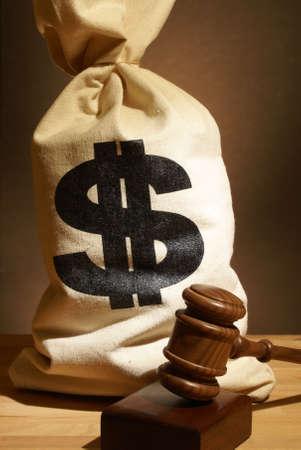 honorarios: Una bolsa de dinero y el martillo representan muchos gastos legales.