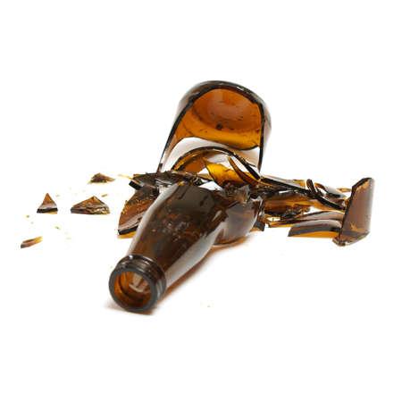 Een geïsoleerde shot van een gebroken bierfles. Stockfoto