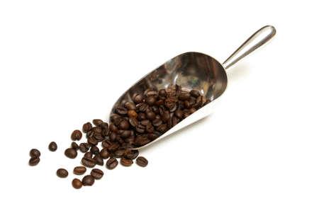 cafe colombiano: Una bola fresca de granos de café gourmet aislado en blanco.