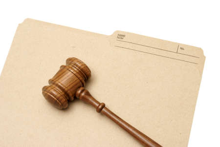 Een hamer en map vertegenwoordigen juridische documenten.