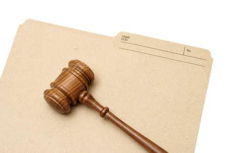 orden judicial: Un martillo y la carpeta representan documentos legales. Foto de archivo
