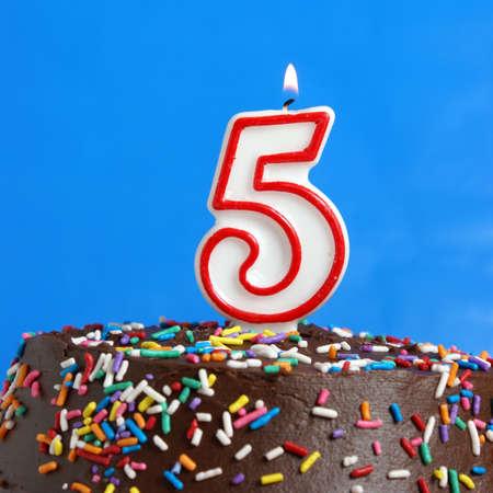 Chocolate Birthday Cake Von Konfetti Umgeben Mit Brennenden Kerze
