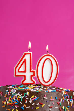 torta con candeline: Un numero di candela è accesa per celebrare 40 anni.