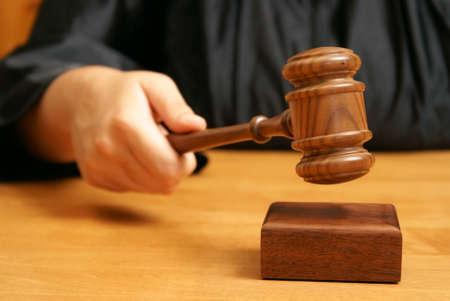 orden judicial: Un juez profesional declara el procedimiento legal con un golpe final utilizando el martillo.