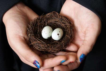 Een vrouw redt een paar eieren in de natuur aan de unhatched vogels een tweede kans te geven. Stockfoto