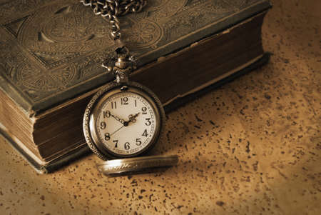 アンティーク懐中時計と本を昔の知恵を覚えて一緒に来る。アンティークの技術使用され、リアルな効果のための追加のノイズが含まれています。 写真素材