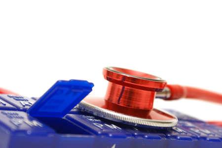 dosaggio: Un colpo di macro di un quotidiano organizzatore dosaggio medico con uno stetoscopio rosso.
