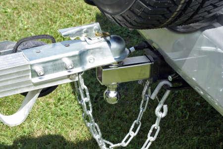 Une remorque est fixée à l'arrière d'un véhicule puissant pour être remorqué vers sa destination pour le déchargement. Banque d'images - 39369993