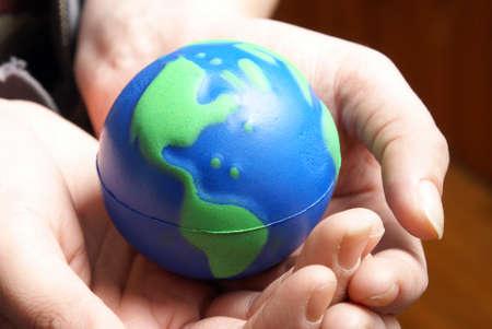 mundo manos: El mundo de la Tierra está asegurado con seguridad en las palmas de las manos humanas. Foto de archivo