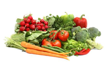 Een verscheidenheid van verse groenten op een witte achtergrond.