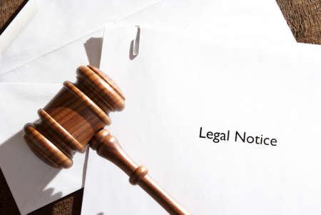 legal document: Un sobre servido de papeles aviso legal. Foto de archivo