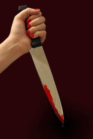 Une femme saisit une sanglante couteau dans un des tueurs posent.