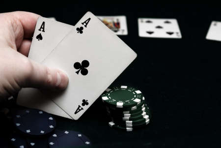 A hand of pocket aces in texas holdem. Banque d'images