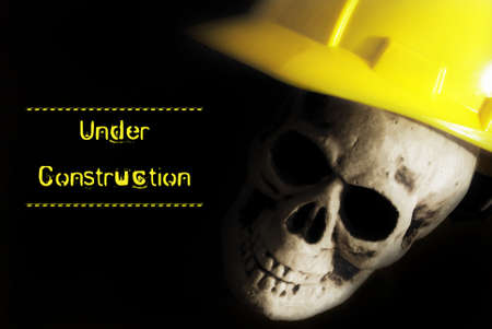 obrero: Una alerta de construcci�n bajo con el cr�neo de un obrero que trabajaba a s� mismo hasta el hueso.