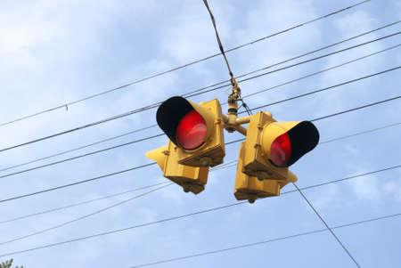 Close-up op dag die rood licht met vier richtingen voor verkeersgebruik in Oostelijk Canada in werking stellen. Stockfoto