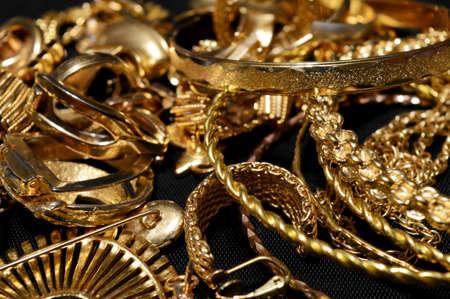 Vista ingrandita di alcuni rottami d'oro pronti per la raffinazione.