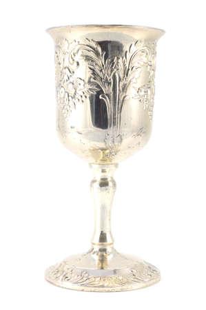 Un coup isolé d'une coupe de vin en argent fin détaillée sur fond blanc. Banque d'images
