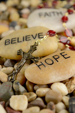 Worded stones with a Rosary to bring meaning to the faith of Jesus Christ. Banque d'images