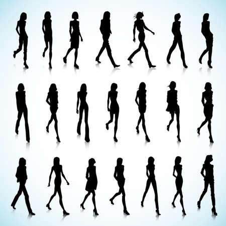 silueta humana: Conjunto de caminar siluetas femeninas en ropa de moda