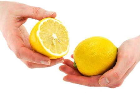 lemon slices: Mani della donna holding agrumi (limone) isolati su uno sfondo bianco Archivio Fotografico