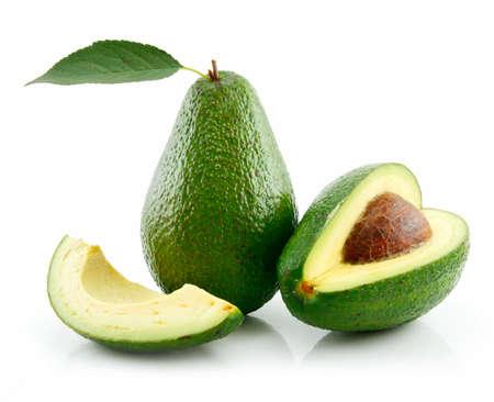 aguacate: Aguacate maduro con Green Leaf aislada sobre fondo blanco