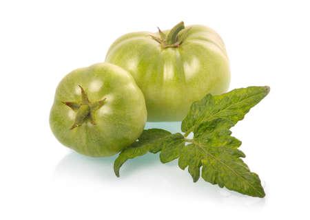 白い背景で隔離の葉と緑のトマト野菜