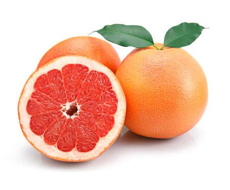 toronja: Frutas de pomelo con cortes y hoja verde aislados en fondo blanco