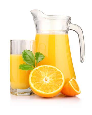 Kruik, glas jus d'orange en oranje vruchten met groene bladeren ge Stockfoto