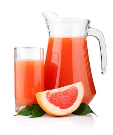 toronja: Vidrio completa y jarra de jugo de toronja y frutas aisladas sobre fondo blanco Foto de archivo