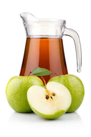 jugo verde: Jarra y vaso de jugo de manzana verde con fruta aislada sobre fondo blanco