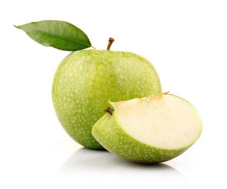manzana verde: Madura manzana verde con láminas aisladas sobre fondo blanco