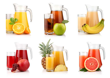 jus orange glazen: Aantal kruiken en bril met tropische vruchtensappen geïsoleerd op witte achtergrond