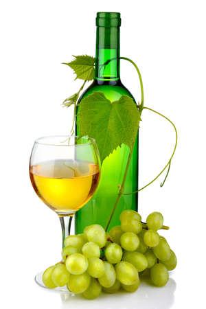 bebidas alcohÓlicas: Botella de vino con la rama de vidrio y uva aisladas sobre fondo blanco