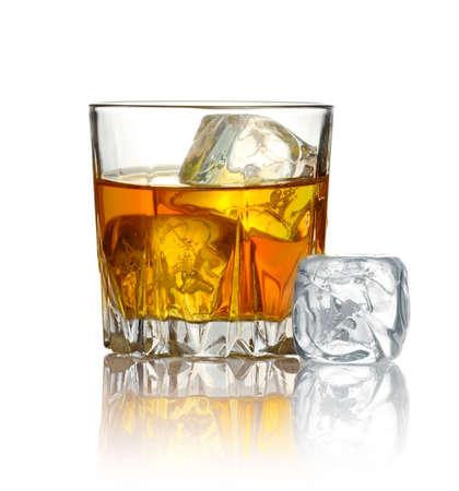 whiskey: Glas whisky en ijs op een witte achtergrond Stockfoto