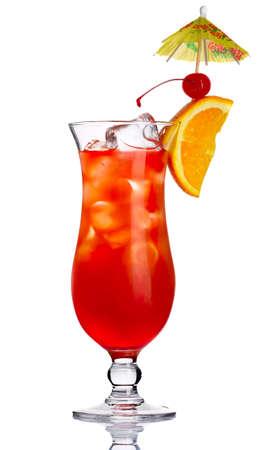 cocktail fruit: C�ctel de alcohol rojo con una rodaja de naranja sobre fondo blanco