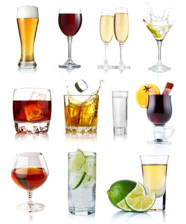Set von alkoholischen Getränken in Gläsern auf weißem Hintergrund