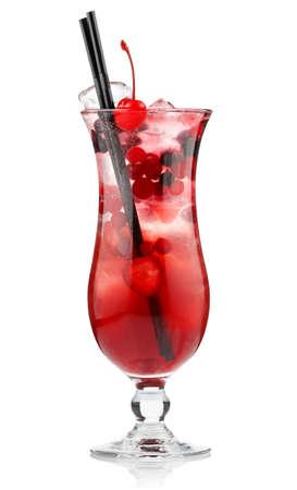 Cocktail d'alcool rouge avec des baies isolées sur fond blanc